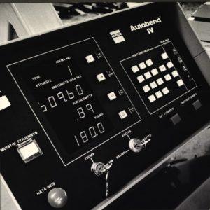 Autobend IV von 1977, Vorläufer aktuellen WinMax Steuerung und 2. Generation der HURCO-CNC-Steuerung